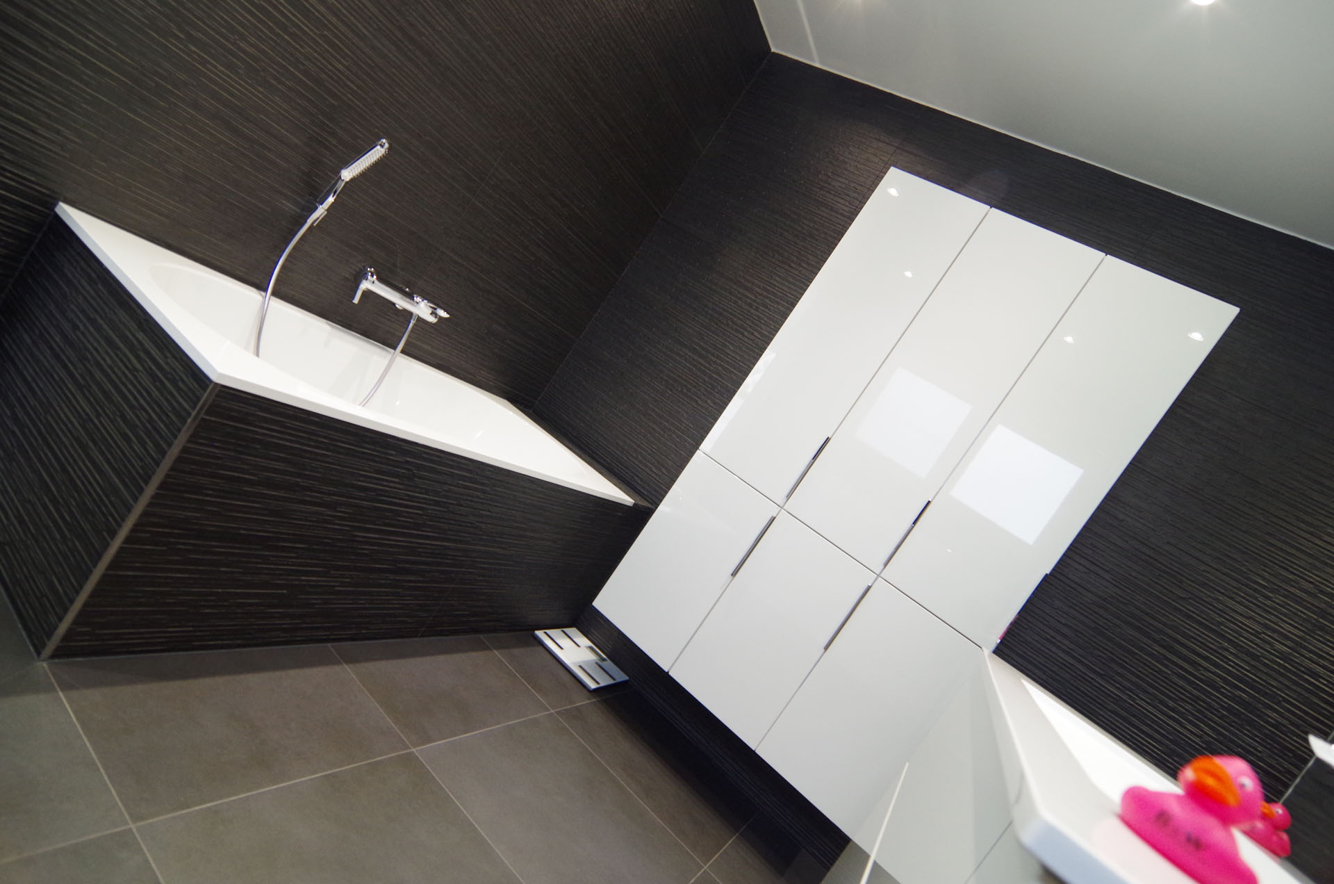 B&W Badkamers | Badkamers en badkamerrenovatie in Heist-op-den-Berg | Moderne zwart-wit badkamer