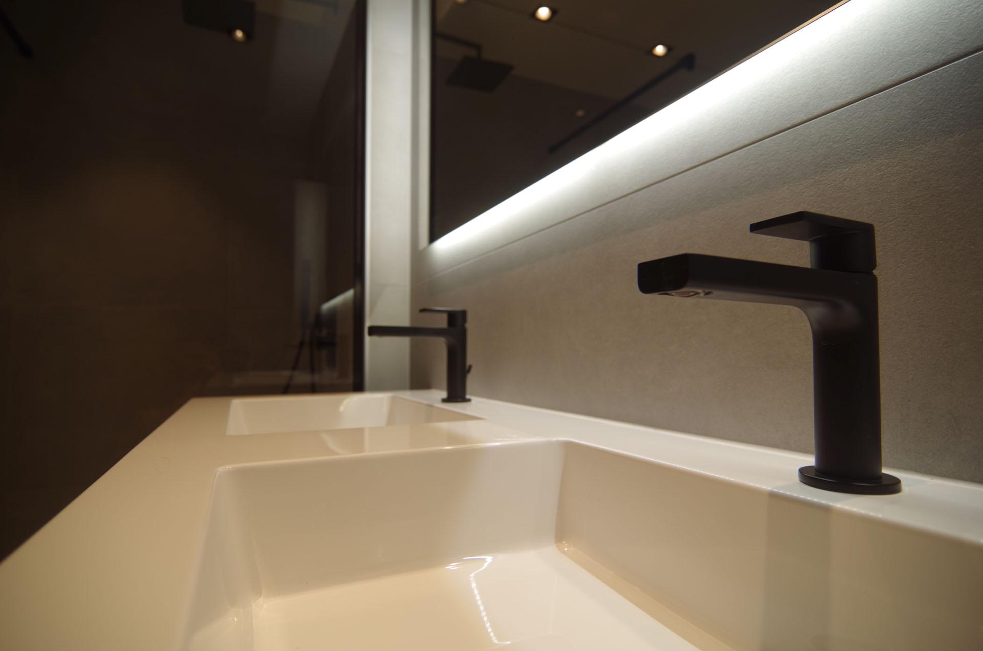 B&W Badkamers | Badkamers en badkamerrenovatie in Heist-op-den-Berg | Zwart beslag kranen