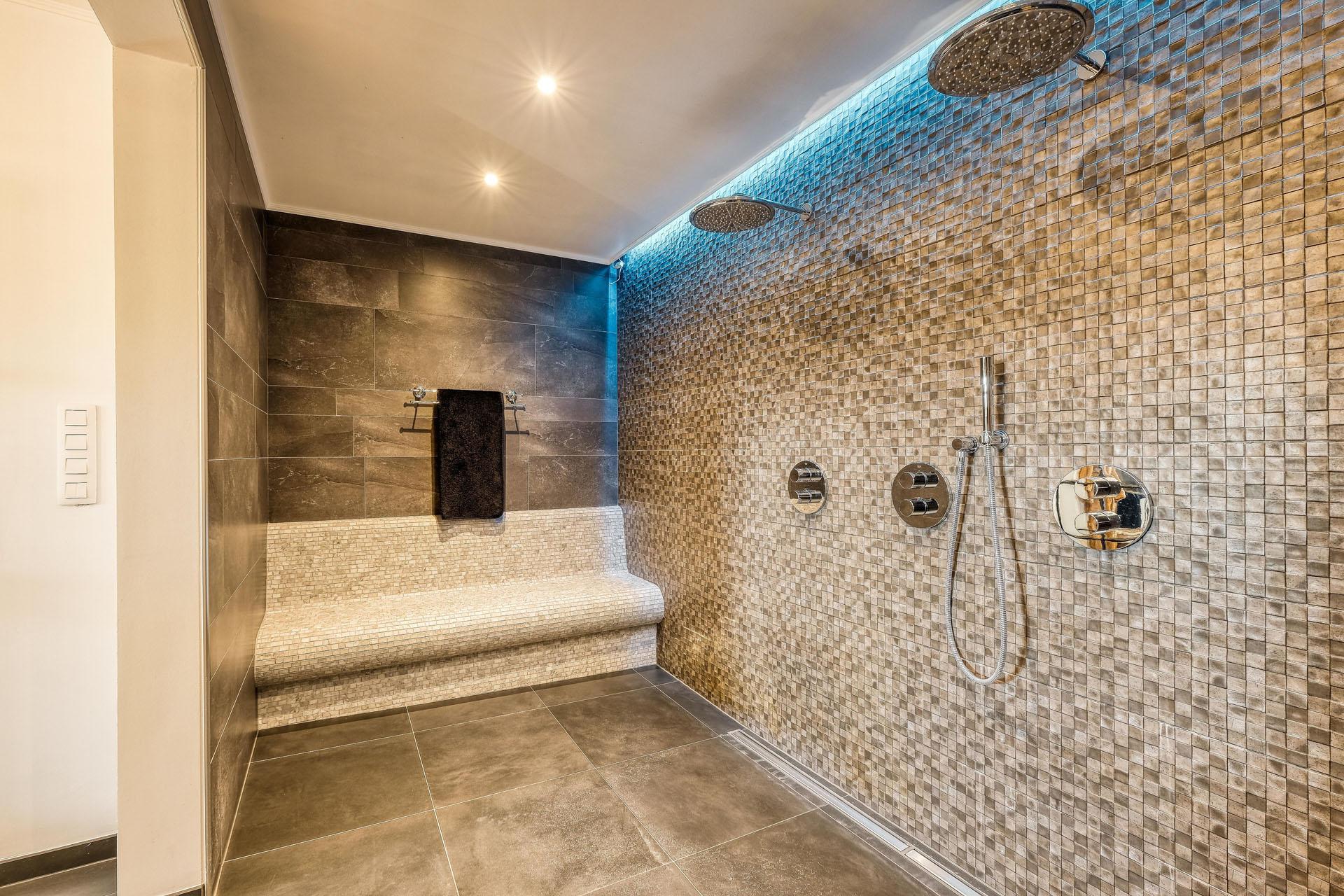 B&W Badkamers | Badkamers en badkamerrenovatie in Heist-op-den-Berg | Inloopdouche met SPA-gevoel