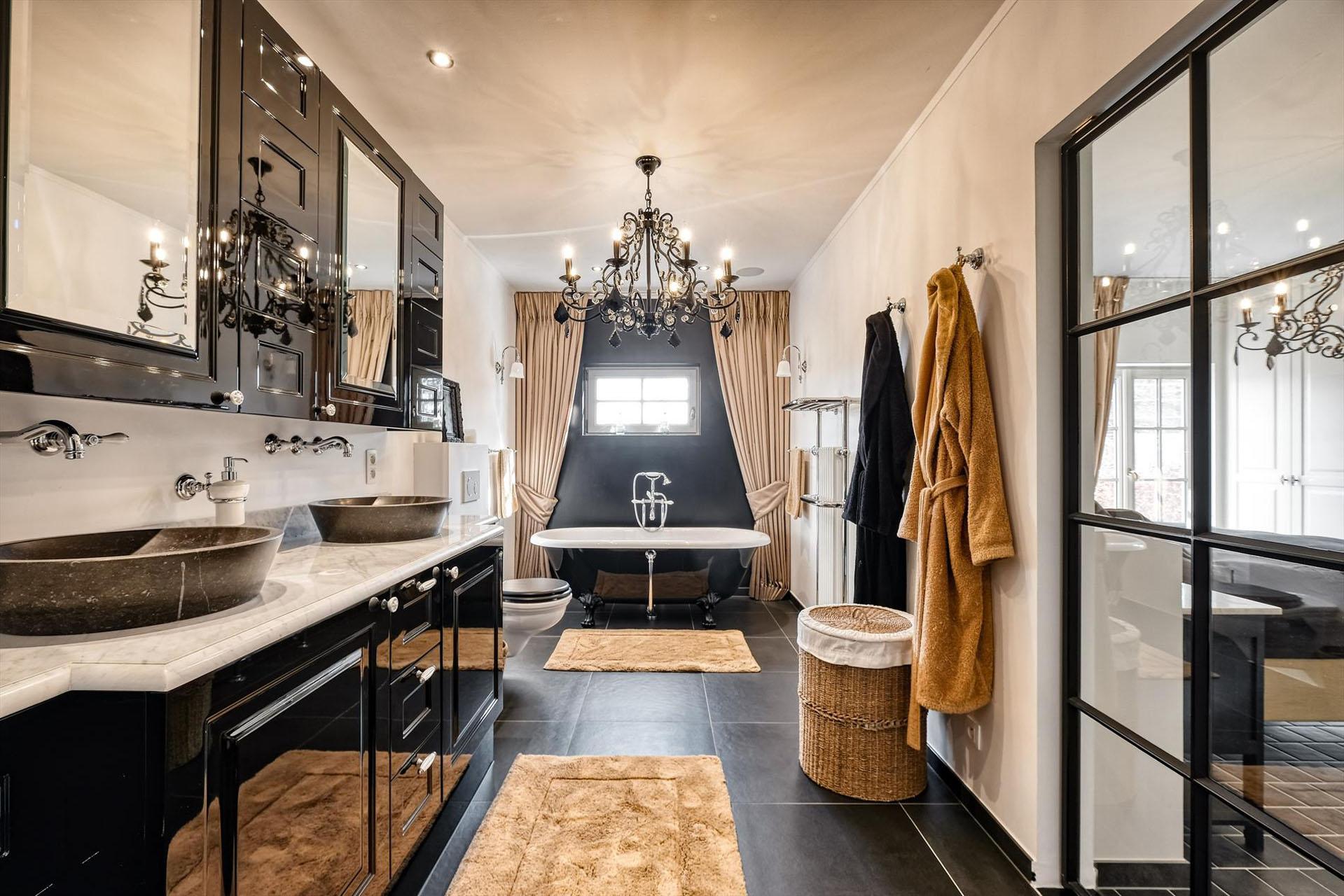 B&W Badkamers | Badkamers en badkamerrenovatie in Heist-op-den-Berg | Luxueuze opvallende badkamer